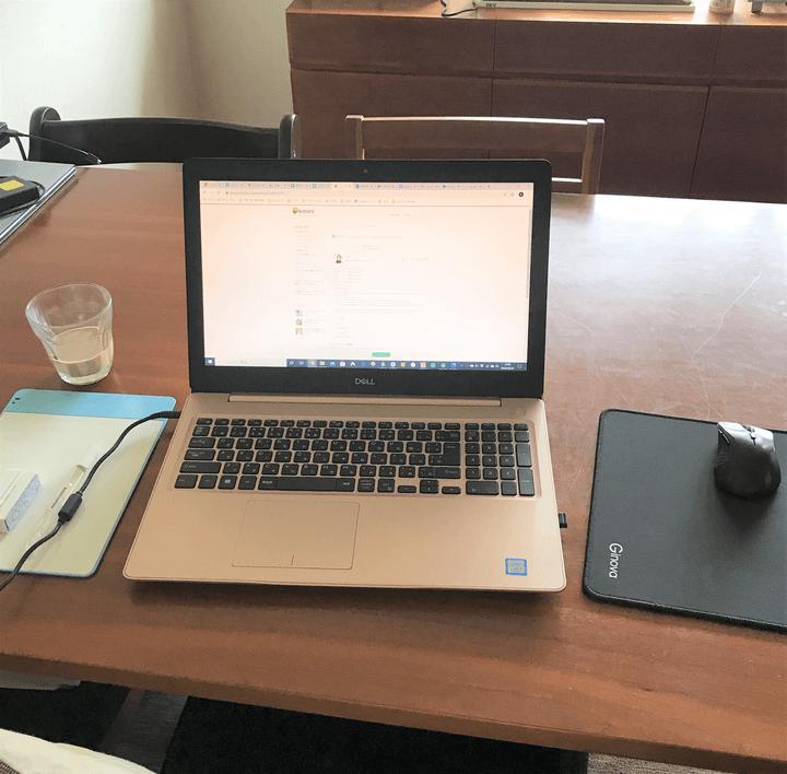 自宅のノートパソコンでオンライン英会話を受講する様子